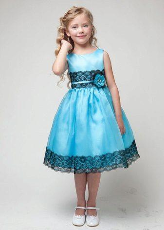 Vestido azul de formatura no jardim de infância