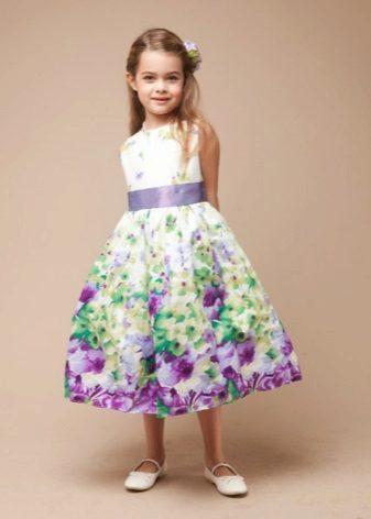 Vestido de formatura no jardim de infância com uma impressão