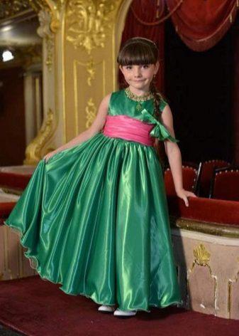 Vestido de formatura no jardim de infância verde para o chão