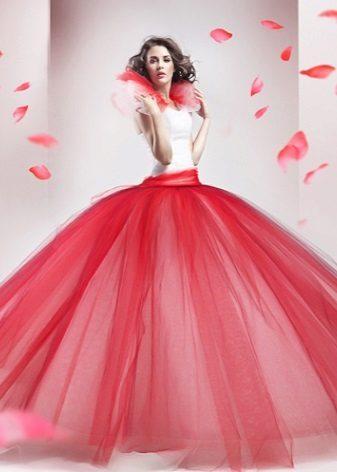 pörröinen mekko, jossa on vaaleanpunainen taftihame