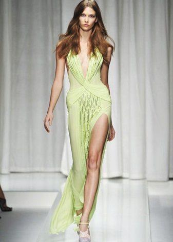 Pitkä vihreä mekko, jossa on rako