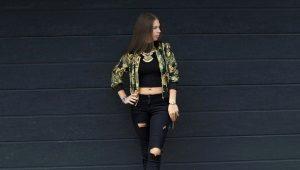 Calça jeans preta rasgada
