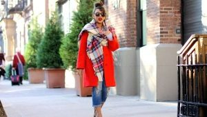 Cachecol ao casaco vermelho