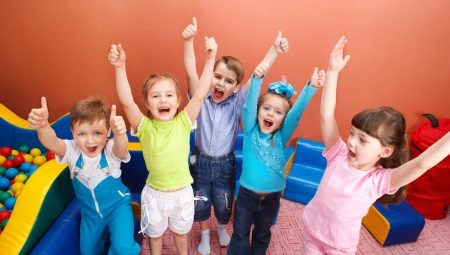 Traje infantil no jardim de infância