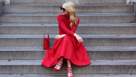 Que sapatos se encaixam no vestido vermelho?