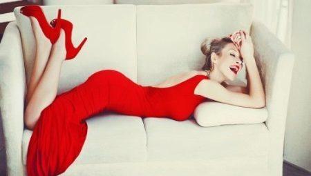 Qual vestido de cor é melhor escolher sob os sapatos vermelhos?