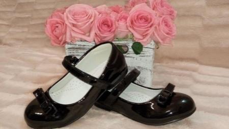 Sapatos pretos de escola