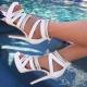 Sandálias brancas na plataforma