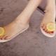 Sandaalit sormen läpi