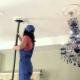 Hoe het verlaagde plafond te wassen?
