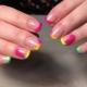 Ideas para decorar una chaqueta de color en uñas cortas.