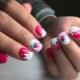 Hoe maak je een manicure met een aardbei op de nagels?