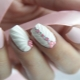 Schelpen op nagels: ontwerp kenmerken en technieken voor het maken van een manicure