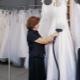 Hogyan kell gőzölni és lökni az esküvői ruhát otthon?