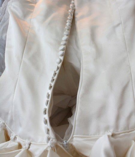 Titkos cipzár egy esküvői fűzőben