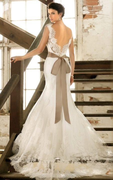 Modell egy esküvői ruha nyitott háttal