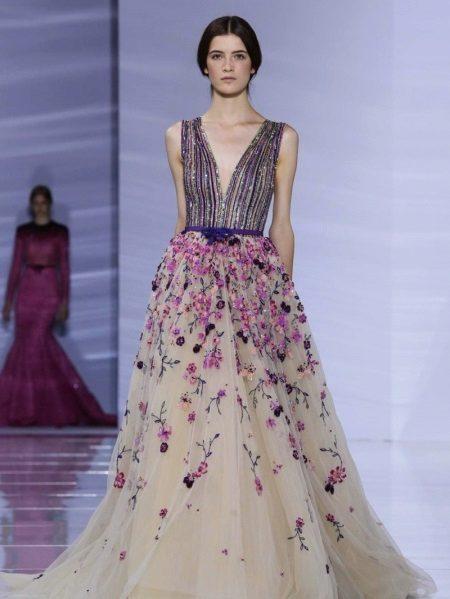 Esti bézs ruha lila színnel kombinálva