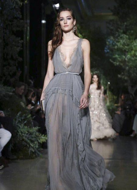 Kjole af Elie Saab med en dyb hals
