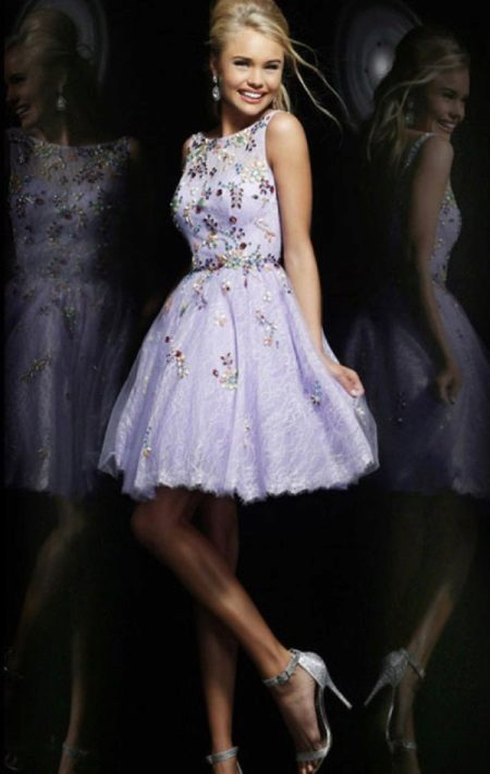 Rövid A-vonalú lila estélyi ruha