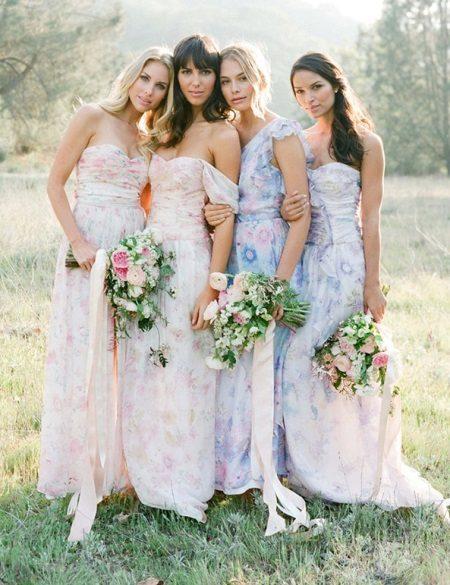 Herkät mekot bridesmaids lattialle