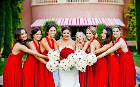 Morsiamen kanssa bridesmaids punaisista mekoista