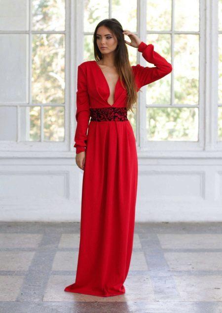 Pakaian malam merah dengan lengan dan garis leher yang mendalam