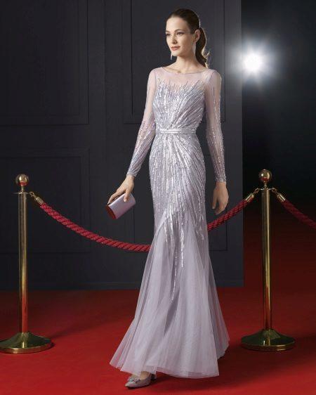 Vestido de noite com mangas no chão por Rosa Klara