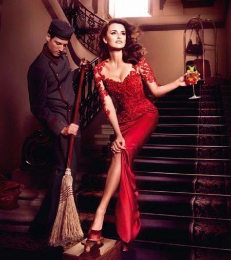 Red evening dress na may puntas