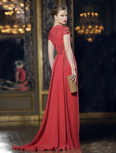 Red evening dress na may tren