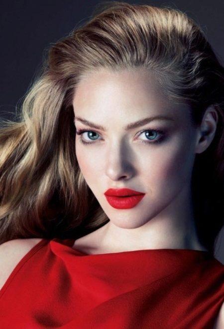 Aften make-up under en rød kjole med rødme