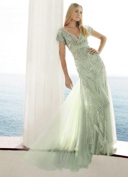 Iltavalaistu mekko lattialle