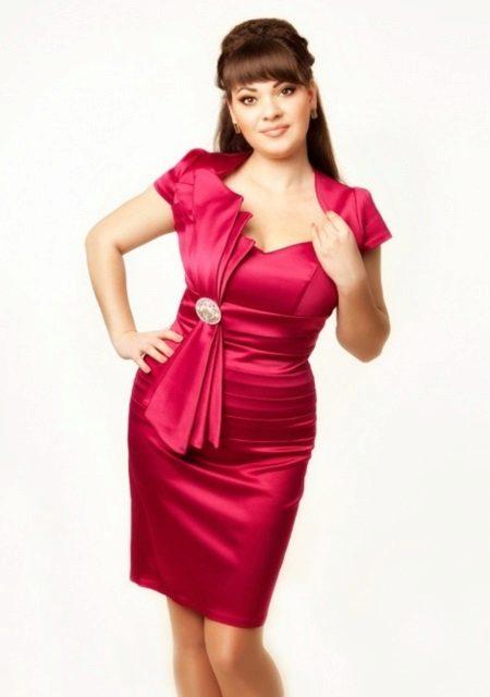 Cas de vestit elegant i curt de grans dimensions