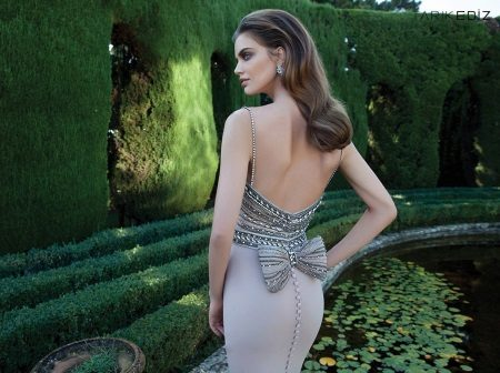 Vestido de noite de tarik Edis com as costas abertas