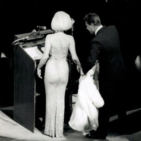 Marilyn Monroe vestido de costas abertas