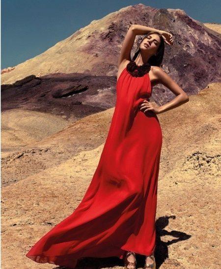 Avond zomerjurk in rode vloer