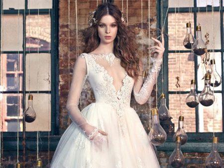 Nyissa meg a vágott nyakkivágást egy esküvői ruhában