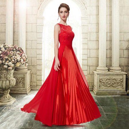 Vestido de noite vermelho-ameixa no baile de 2015