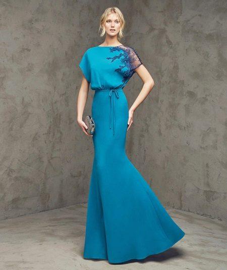 Vestido de noite no estilo do minimalismo