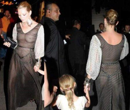 Kate Mos in een transparante polka dot avondjurk