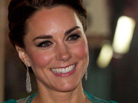 Maquiagem Kate Middleton sob um vestido turquesa
