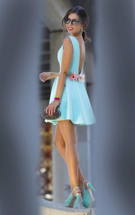 Blue dress na may mga kulay rosas na bulaklak sa likod