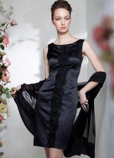 Vestido de noite curto com uma capa