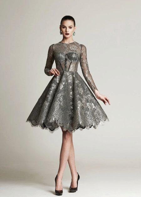 Gaun abu-abu yang penuh dengan panjang sederhana