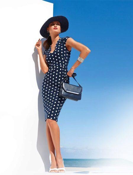 Polka dot elbise ve şapkalı güzel kadın