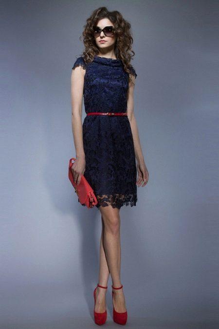 Kırmızı aksesuarlar ile koyu mavi elbise