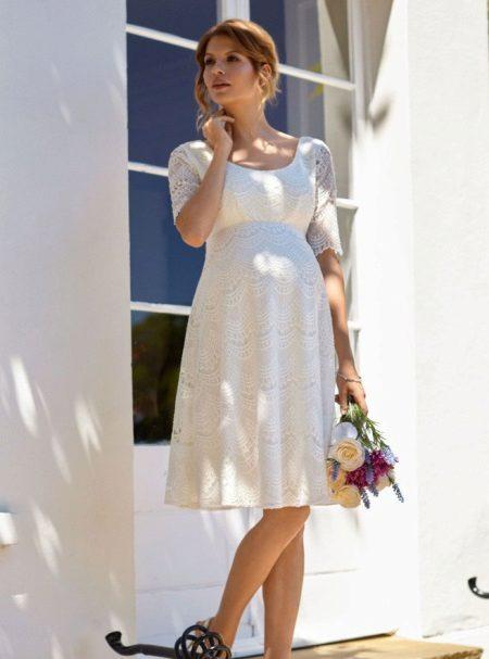 Избор на бяла рокля за бременна с цвят на кожата
