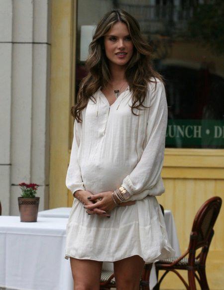 Бяла рокля с ниска талия за бременни жени
