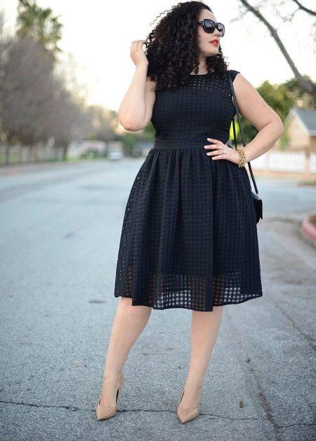 Zwarte mooie jurk van gemiddelde lengte voor vol