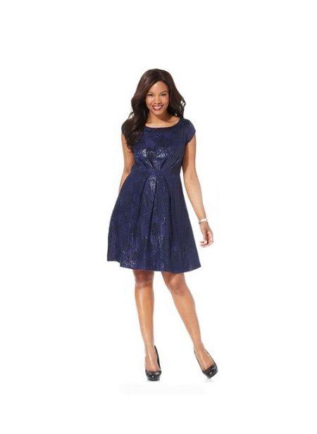 Korte jurk met de juiste stijl verbergt een maag (voor volle meisjes)