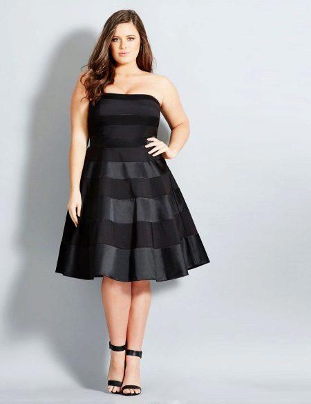 Zwarte jurk die de buik verbergt voor een volle meid